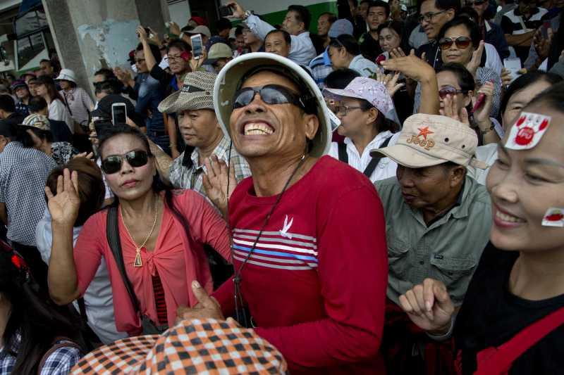 泰國前總理穎拉(Yingluck Shinatrawa)因涉入「稻米補貼瀆職案」,8月25日遭泰國最高法院發布逮捕令,全案預定9月27日宣判,這是支持她的「紅衫軍」 群眾(AP)