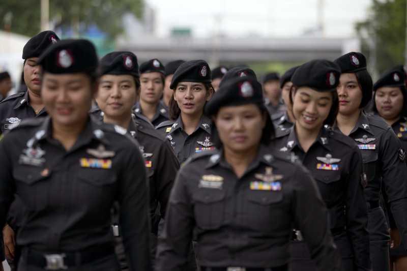 泰國最高法院8月25日對涉入「稻米補貼瀆職案」的前總理穎拉(Yingluck Shinatrawa)發布逮捕令,大批軍警戒備(AP)
