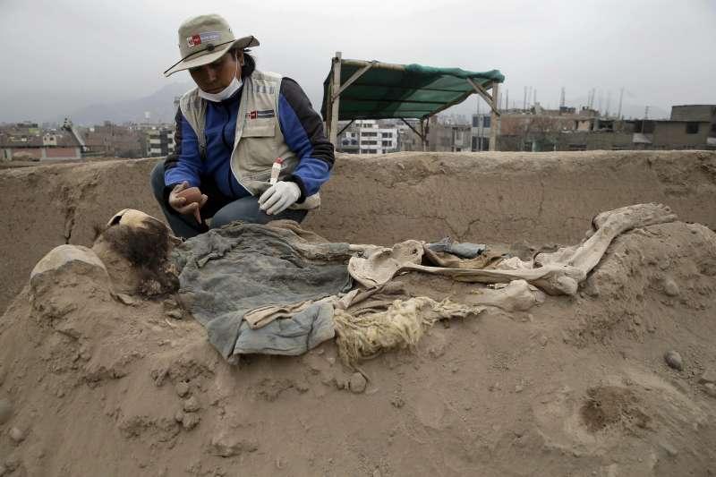考古學家最近在秘魯發現16具生活在19和20世紀之交的中國勞工遺骸(AP)