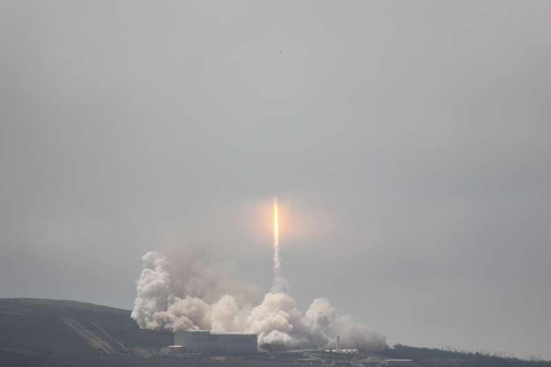 福衛五號於台灣時間25日凌晨在美國范登堡基地,由SpaceX公司的獵鷹九號(Falcon-9)火箭搭載,發射升空。(圖/國研院太空中心提供)