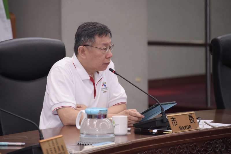 台北市今(25)日上午舉行交通會報,台北市長柯文哲針對改善年輕機車族交通事故死傷,指示交通局在開學前研擬初步辦法,並開始執行。(台北市政府提供)