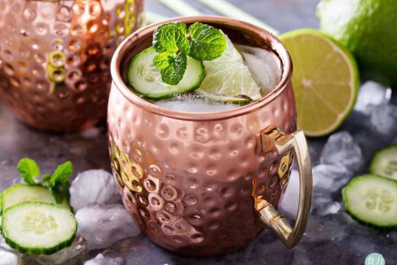 莫斯科騾子(Moscow Mules)調酒通常使用銅馬克杯盛裝,但研究指出用銅杯盛裝酸性飲料並不適當。(圖/食力提供)