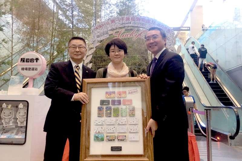 桃捷第一千萬搭乘幸運兒誕生,赴台商務旅遊日本教師獲獎超驚喜。(圖/桃捷公司提供)