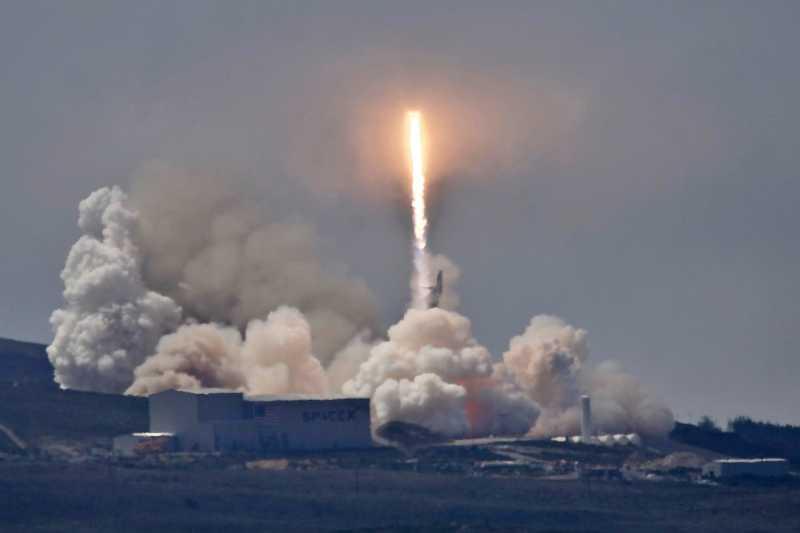 台灣第一顆自主研發的遙測衛星「福衛五號」在台灣時間25日凌晨從美國加州范登堡空軍基地(Vandenberg Air Force Base)升空(AP)