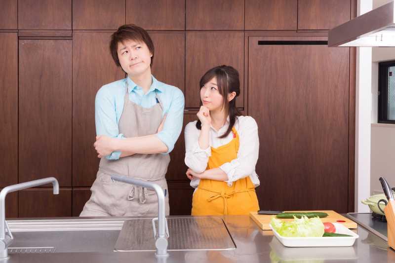 家庭開銷費居高不下的原因,可能要跟枕邊人好好溝通、找出原因。(圖/すしぱく@pakutaso)