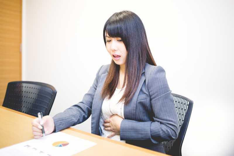 34歲女性長期腹脹,檢查竟是卵巢癌!醫師:腹脹很正常,但若伴隨這5個症狀就該看醫生