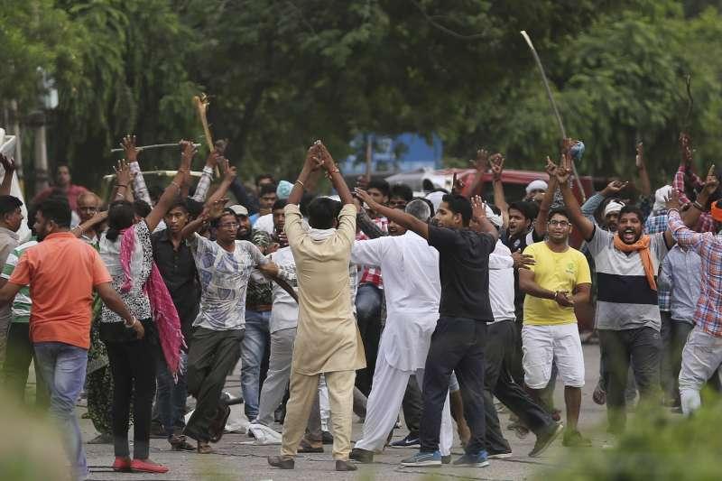 印度邪教教主拉辛25日被法院判決性侵罪成立,萬名信眾包圍法院造成31人死亡300多人受傷。(美聯社)