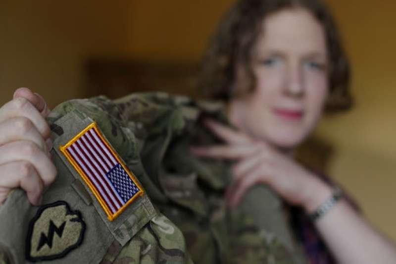 美國陸軍上尉希姆斯(Jennifer Sims )是跨性別者,她向美聯社記者秀出制服上的美國國旗(AP)