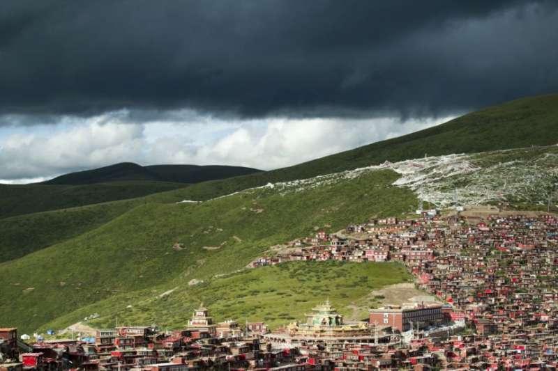 在中國四川省甘孜藏族自治州色達縣境內的喇榮五明佛學院的房舍。(美國之音)