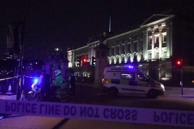 男子持刀闖白金漢宮被捕,造成兩名員警受傷。(BBC中文網)