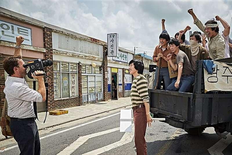 德國記者彼得和被捲入光州事件的年輕人具裁植(右方身著條紋衣,柳俊烈飾演)。(翻攝Naver)