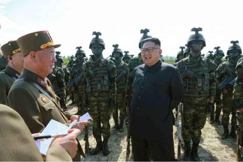 北韓進行攻打白翎島與延坪島的演習,金正恩到場視察。(勞動新聞)