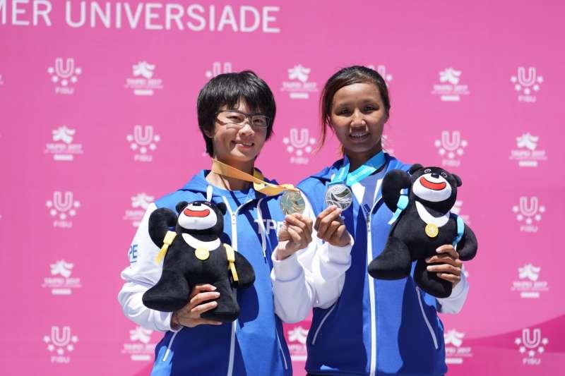 世大運滑輪溜冰女子組馬拉松賽事,台灣選手楊合貞(左)、李孟竹分別拿下金、銀牌(大專體總)