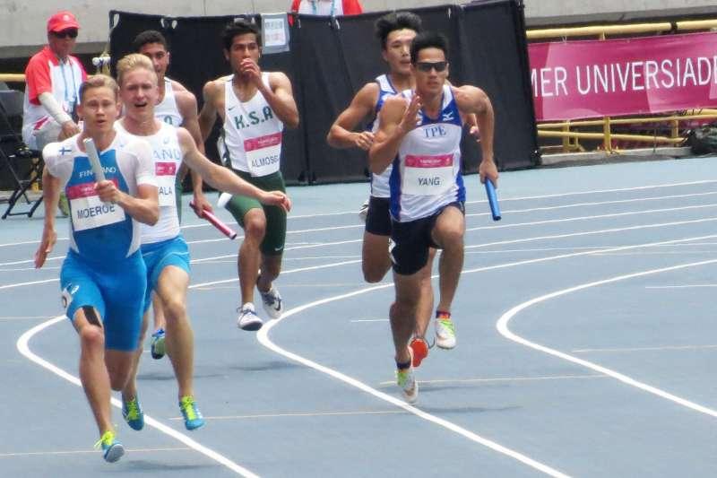 男子400公尺接力預賽中,我國由魏溢慶、楊俊瀚(右一)、鄭博宇與陳家薰出賽,並以0.03秒之差險勝日本,取得分組預賽第1的成績。(取自楊俊瀚臉書)