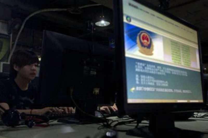 北京一家網咖,電腦顯示正確使用網路的警方告示。(美國之音)