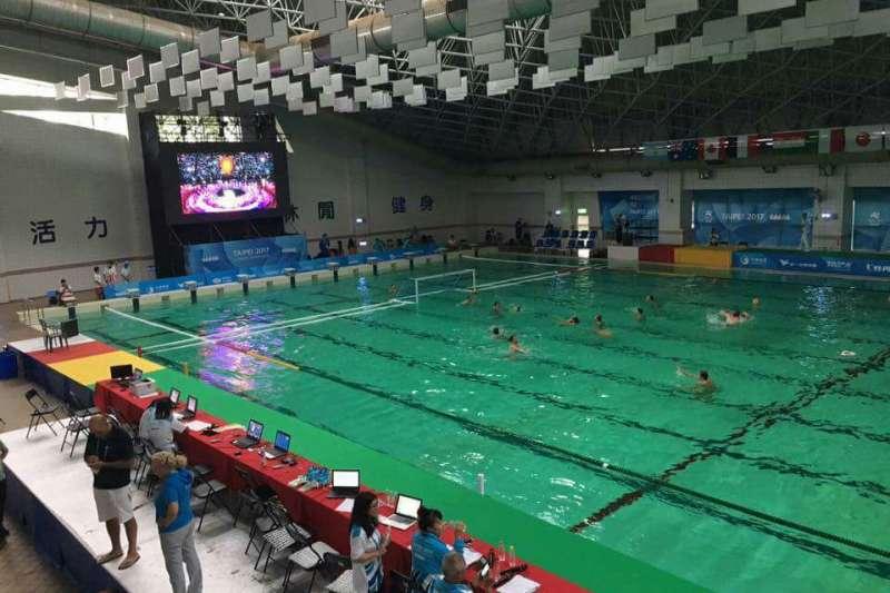 新竹縣立體育館及游泳館今天下午傳出停電,在游泳館舉行的水球比賽因此暫停。(讀者提供)