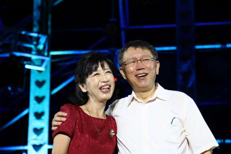台北市長柯文哲(右)的妻子陳佩琪(左)11日在臉書重溫柯文哲去年跌斷肋骨一事,並自曝自己也遭柯文哲熱情一翻給弄傷。(資料照,台北市政府提供)