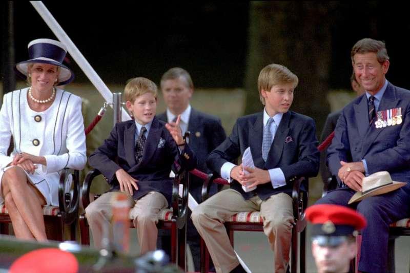 英國黛安娜王妃、查爾斯王子、威廉王子、哈利王子的全家福,攝於1995年8月19日(AP)