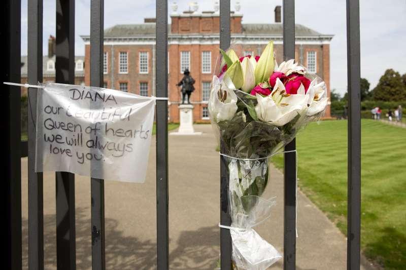 1997年8月31日,英國黛安娜王妃車禍過世,英國舉國震悼(AP)