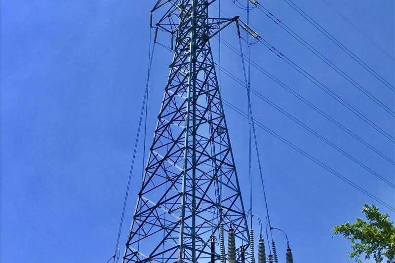 高壓電塔算是惡鄰設施,政大實小在即將能夠遷移校內電塔時,因國策顧問施壓而無法完成。(台電提供).JPG