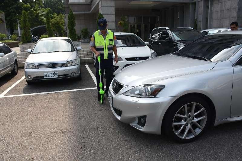 民間企業捐贈新式測距輪,加速投縣警方加速處理交通事故。(圖/南投縣政府提供)