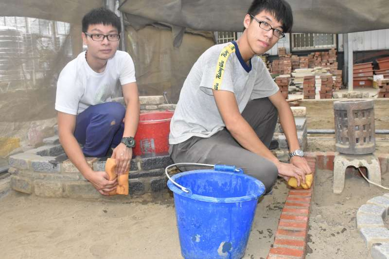 陳朝詠(左)、翁詳恩全國造園景觀賽奪得銀牌(右)。(圖/桃園竹苗分署提供)