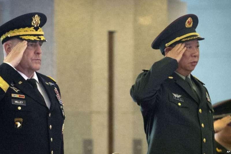 2016年8月16日,中國陸軍司令李作成(右)在北京八一大樓歡迎美國陸軍參謀長米利(Mark Milley)(AP)