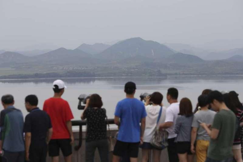 北韓計畫吸引俄羅斯觀光客,圖為遊客從南韓望向北韓(AP)
