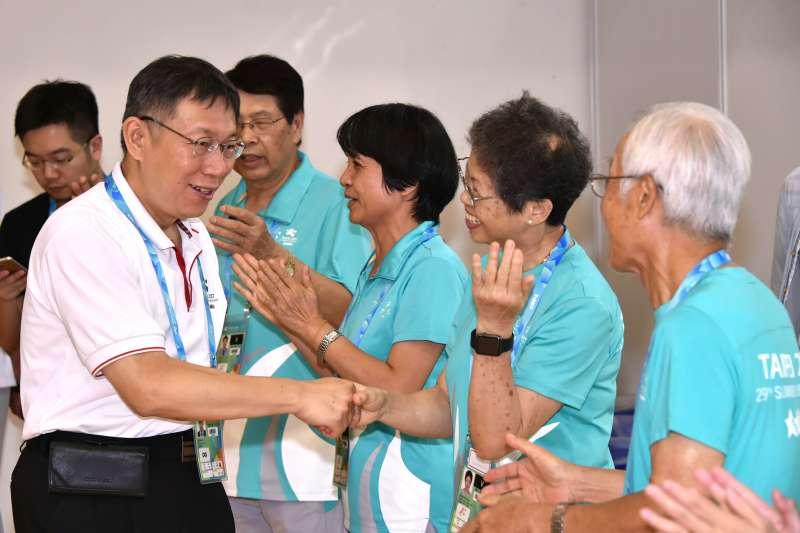 台北市長柯文哲28日慰勞世大運志工。(台北市政府提供)