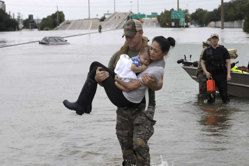 颶風哈維侵襲德州,帶來暴雨和水災,當地居民紛紛疏散。