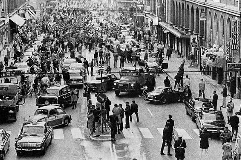 50年前,瑞典H日當天交通混亂的情況。(圖/wikimedia)