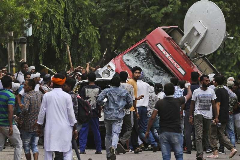 印度宗教領袖拉辛25日遭判性侵罪成,10萬信眾暴動造成至少38人死亡。(美聯社)