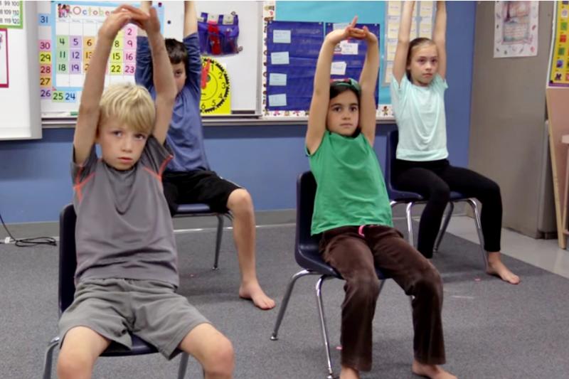 讓孩子在一堂40分鐘的課中動動身體3-5分鐘,有助學習得更好。(示意圖非本人/翻攝自youtube)