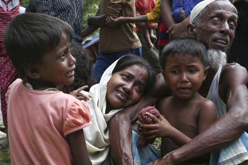 緬甸軍隊與羅興亞叛軍的衝突升溫,羅興亞人逃離戰火延燒的村莊。(美聯社)