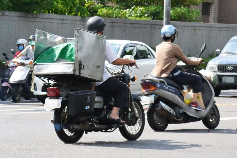 騎機車戴安全帽在台灣是常識,但在印度,卻有個城市規定不能戴安全帽...(示意圖/misco@Flickr)