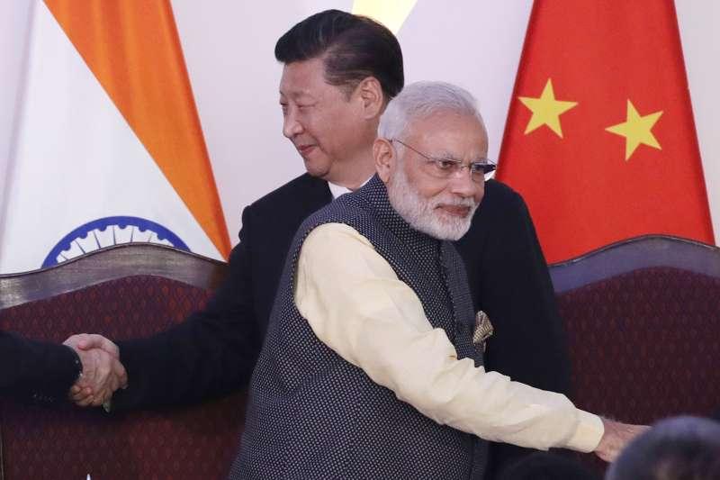 中印軍事對峙:中印同意撤軍,圖為中國國家主席習近平(後)與印度總理莫迪(AP)