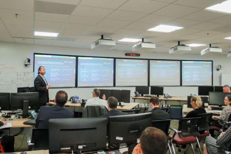 SparkCognition公司聯合創辦人塞普坦伯2017年8月2日在美國國防情報局創新中樞做介紹。(美國之音)