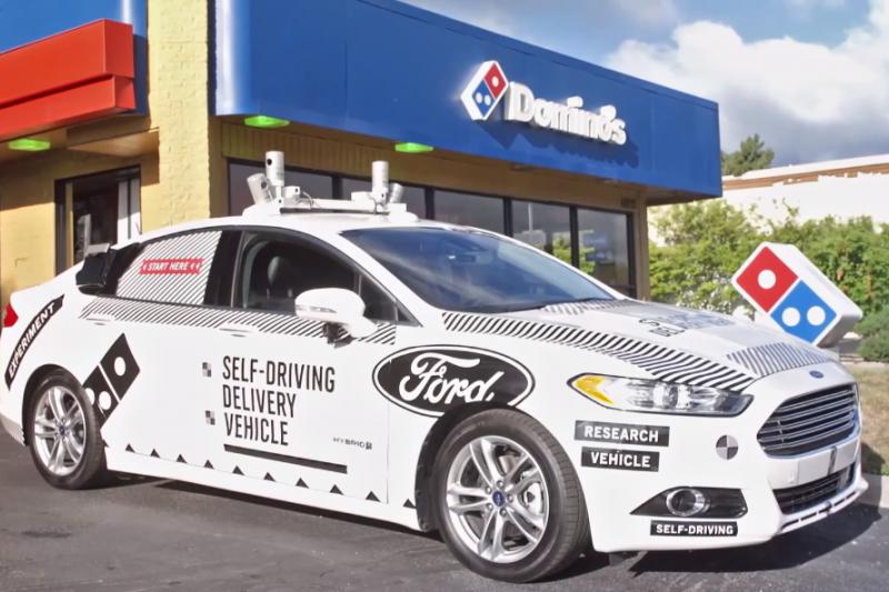 「無人車」進行披薩外送服務。(圖/翻攝自youtube)