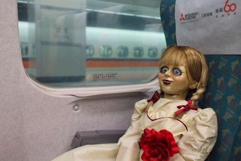 華納公司為了宣傳電影《安娜貝爾:造孽》,逕自帶人偶到高鐵上拍攝宣傳照,對此,高鐵公司表示,已對華納公司寄出存證信函,並要求華納公開道歉並提出補救方法。(取自華納兄弟台灣粉絲俱樂部)