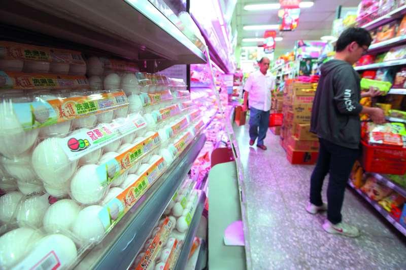 作者質疑,難道蔡政府想增列食安第6環-制定新殘留標準(放寬殘留標準),來粉飾太平,問題是國內消費者會買單嗎?圖為芬普尼汙染蛋品讓賣場、超市的雞蛋銷售大受影響。(資料照,郭晉瑋攝)