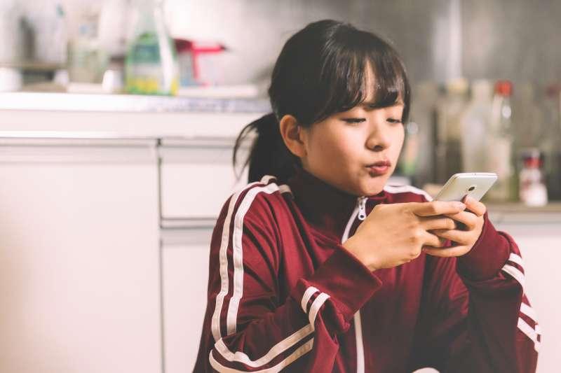 現在青少年人手一機,還會因為手機沒電、不能上網而焦慮,專家教你3招改變孩子的手機成癮。(圖/すしぱく@pakutaso)