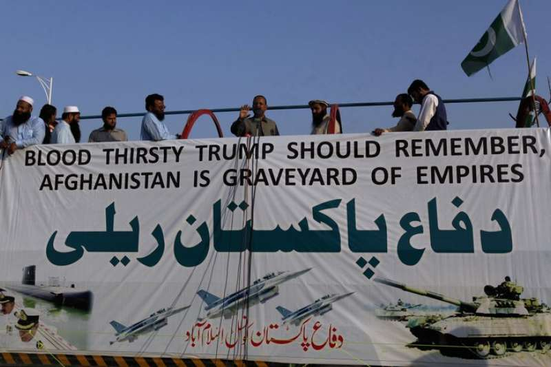 反對川普南亞政策的巴基斯坦人,27日在巴國首都伊斯蘭馬巴德抗議,標語上寫「嗜血的川普應該記得,阿富汗是帝國的墳場。」(AP)