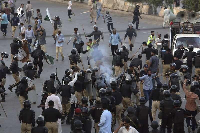 巴基斯坦什葉派學生27日前往喀拉蚩的美國領事館抗議,遭警方擲催淚瓦斯驅離。(AP)