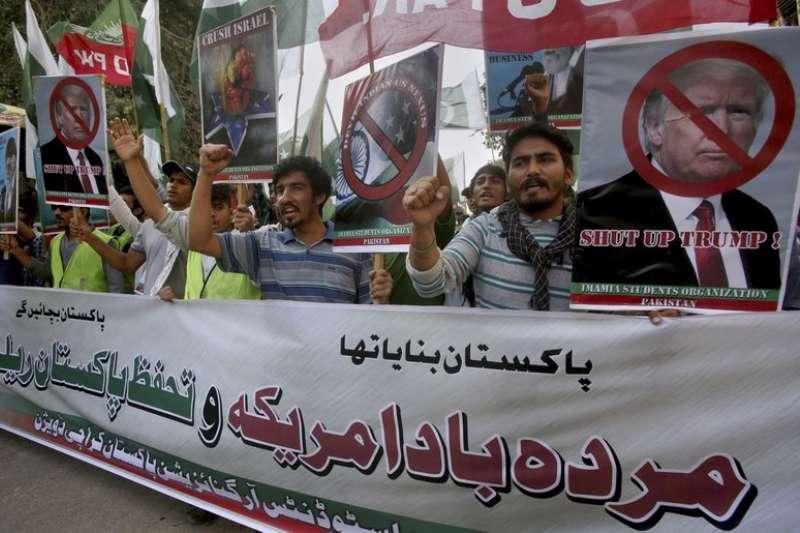 巴基斯坦民眾27日抗議川普的南亞政策,並製作標語要川普閉嘴。(AP)