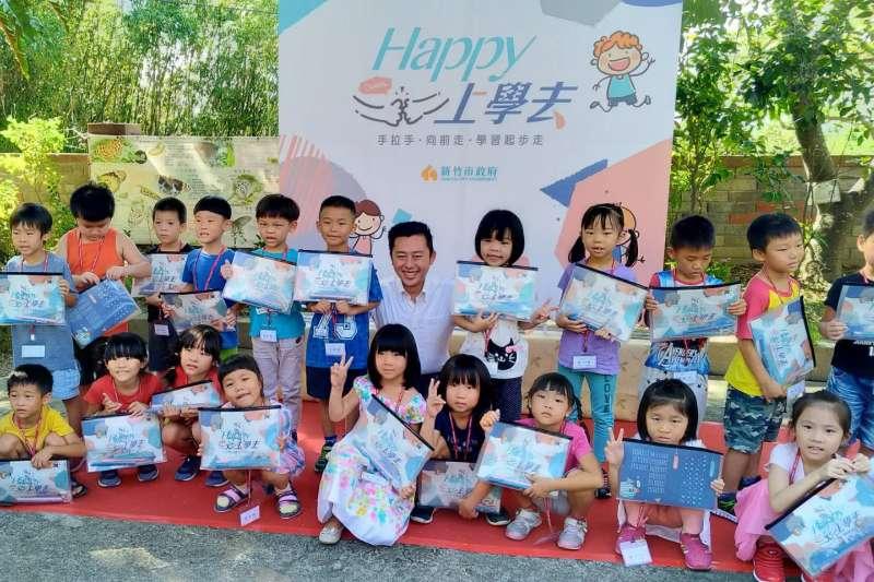 新竹市長林智堅帶著「開心上學文具組」,陪伴茄苳國小新鮮人展開校園第一天。(圖/新竹市政府提供)
