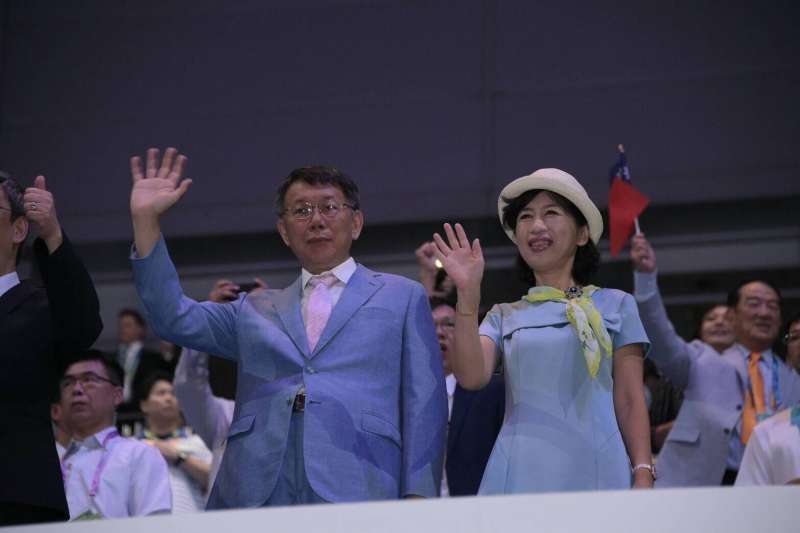 台北市長柯文哲(左)與夫人陳佩琪,一同在台北世大運閉幕式上,謝謝每一位參加者。(台北市政府提供)
