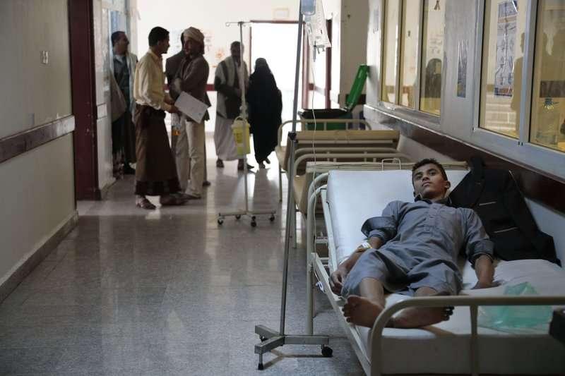 感染霍亂,躺在葉門醫院裡的病患。(AP)
