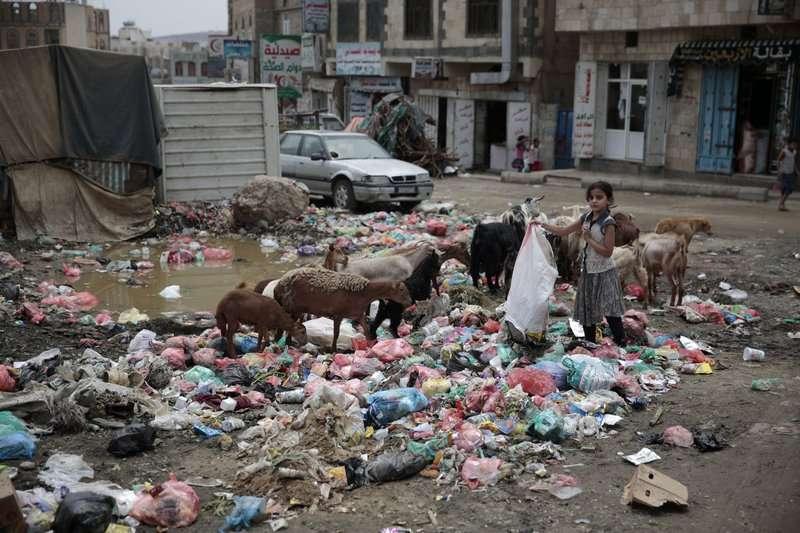 葉門首都沙那的垃圾堆。內戰造成葉門衛生系統停擺,助長霍亂爆發。(AP)