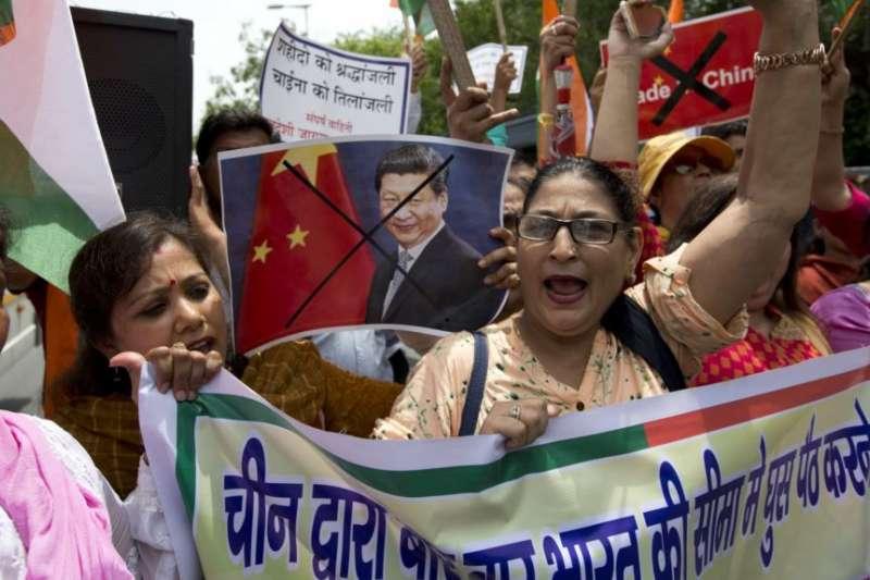 激進分子在新德里的抗議中國活動中。(美國之音)