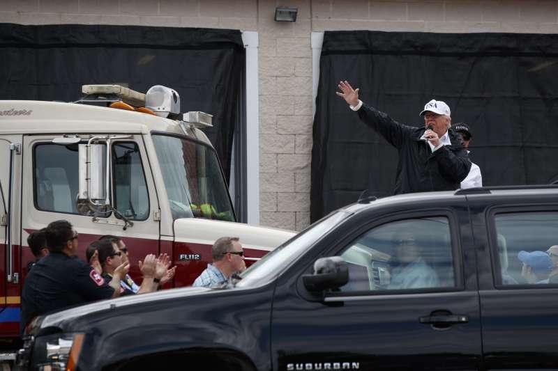 川普在德州聖體市勘災,對著街上民眾發表演說。(美聯社)